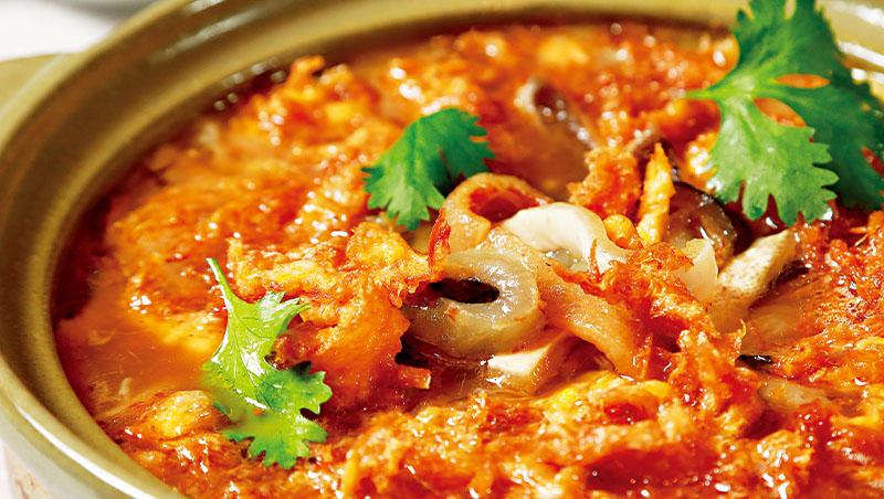 蘭陽魚皮西魯肉是主廚陳永華家鄉宜蘭名菜,豬油渣爆香後的古早味,渲染一鍋上等海鮮,家常菜也澎湃體面