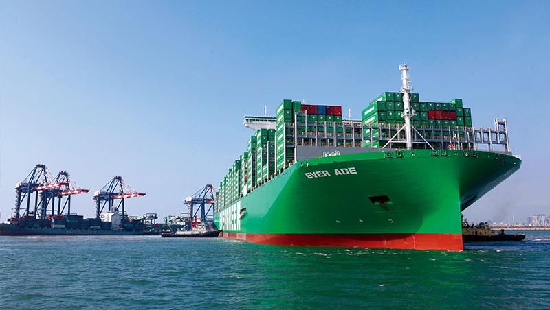 全世界最大的船「長範輪」,船長400公尺,比美國帝國大廈還高;甲板相當於4座足球場大,比起今年卡住蘇伊士運河的長賜輪,可多運載4千個貨櫃