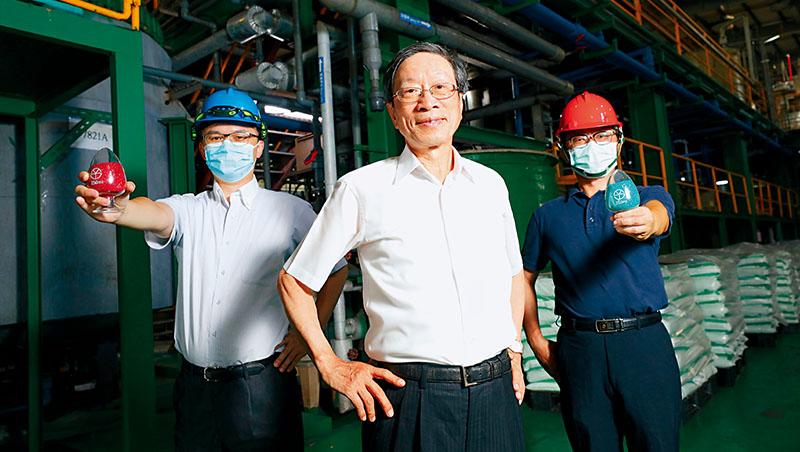 美琪瑪董事長嚴隆財後方的產線,就是現在最熱的鋰離子電池上游材料:硫酸鈷。員工手上拿的,紅色就是硫酸鈷,翡翠綠的則是硫酸鎳