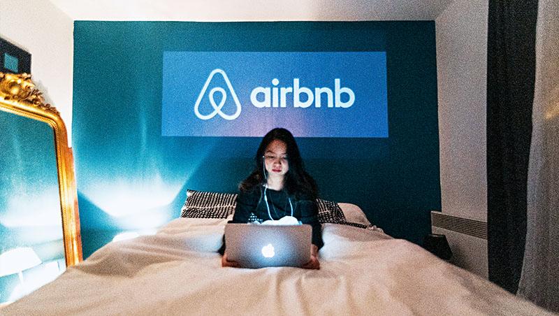 Airbnb在一年內經歷裁員、IPO,並於疫情中快速轉型,掌握人們在國內遠距度假辦公需求,帶動業績反彈