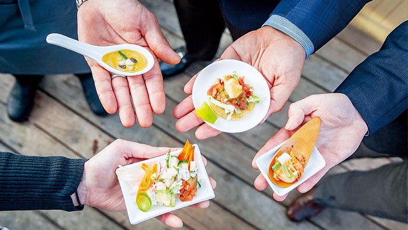 美國替代海鮮公司BlueNalu將魚細胞直接培養成食用魚肉,他們已展示數個以「試管魚」做成的食譜