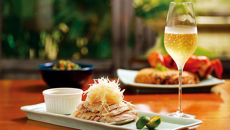 舒肥去骨的白斬雞,鋪上薑絲,是創辦人吳羽傑熟悉的台南滋味。家常冷盤菜,搭著微酸迷人香檳,為台菜增添法式風情