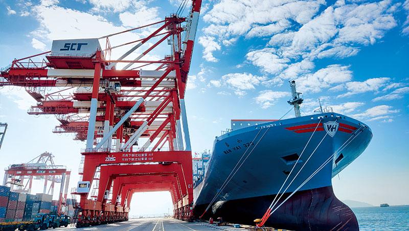 國際大型航商如馬士基,股價起漲點到最高峰僅漲3、4成,台灣貨櫃三雄卻漲3、4倍,勢必要歷經弱勢整理,才有機會撥雲見日。圖為萬海船舶