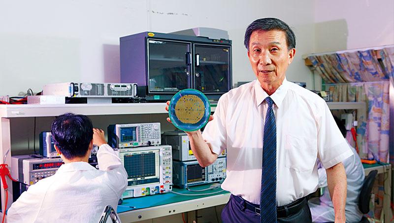 全訊董事長張全生(右)笑稱董事長是兼任,正職是研發,為了讓晶片更散熱且高頻,得將晶圓薄度打磨至一般商用四分之一