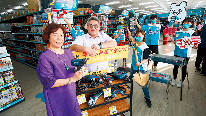 振宇五金創辦人兼董事長曾善(前排左1)從中盤商轉型零售五金超市;總經理洪國展(前排左2)則用數位管理成功讓公司在全台拓點