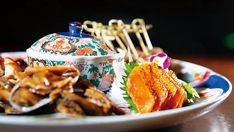 山海樓著名的豪華拼盤,從台灣原生種的古早雞、正黑豬,到生態友善的水產,食材背後彰顯永續飲食理念