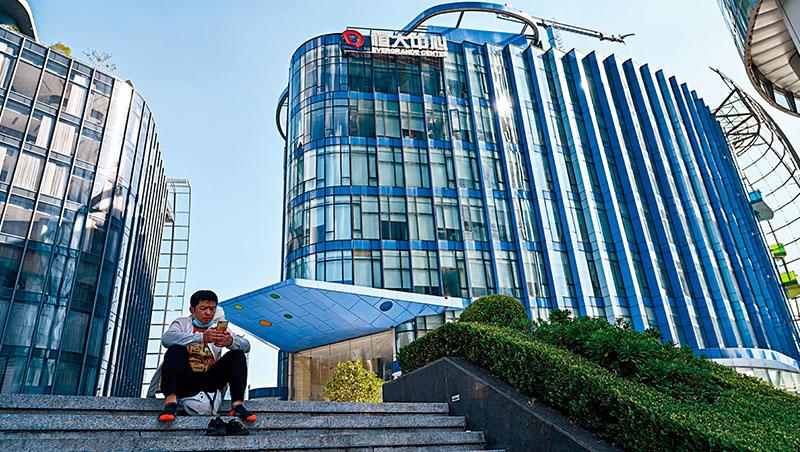 恆大是中國房地產企業龍頭,它的殞落,象徵中國正在加速進行經濟結構的「汰舊換新」