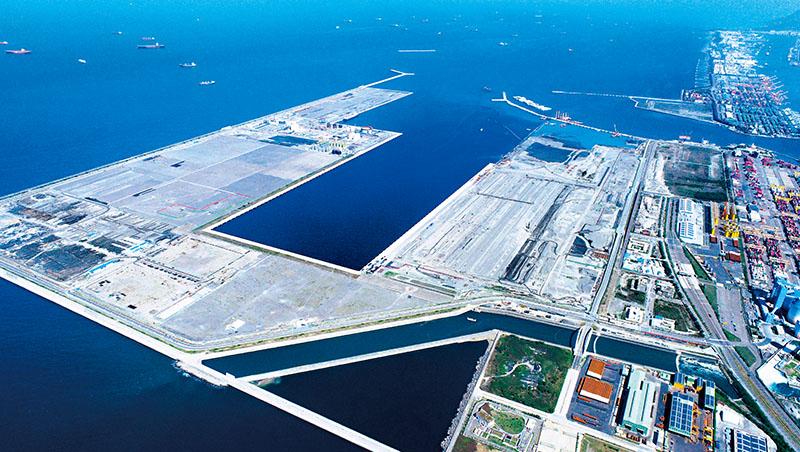 可停靠2.4萬TEU大船的高雄第七貨櫃中心,預計2023年5月啟用,長榮海運將進駐。台灣港務公司董事長李賢義樂觀表示,有助招攬其他港口的轉運業務到高雄港,是鞏固樞紐地位的關鍵建設
