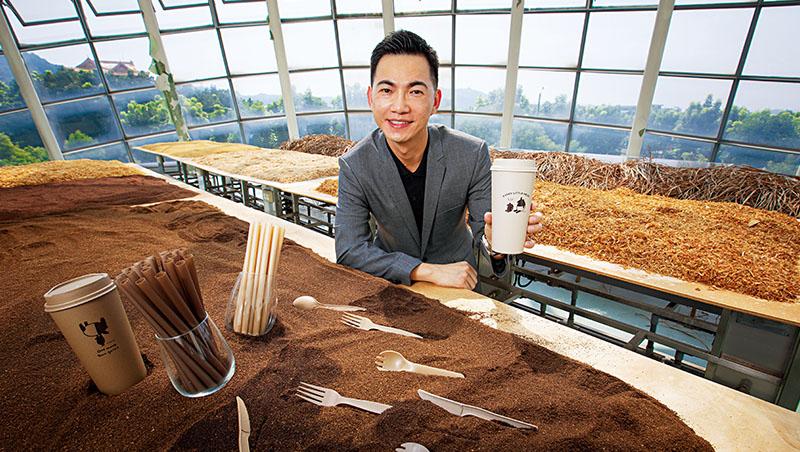 鉅田潔淨技術創辦人黃千鐘(圖)與小七合作的環保杯,原料來自廢棄甘蔗渣,預計使用9個月後會逐漸脆化,經過堆肥後就可分解