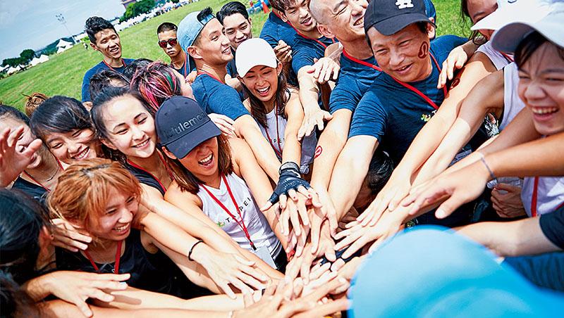 投入實體/虛擬社群、開發永續材質產品線,都是lululemon增加年輕消費者好感度的方法。圖為該品牌台灣社群參與划龍舟活動