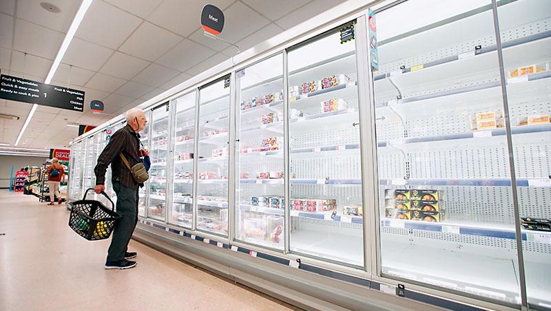 「超市貨架空蕩蕩,究竟是誰之過?」英國《電訊報》如此質問。未來這個場景恐怕會在各國不斷上演