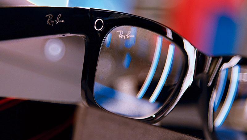 臉書布局將虛、實整合的元宇宙商機,新推出的智慧眼鏡能幫助它試錯,把經驗用來開發未來的AR眼鏡