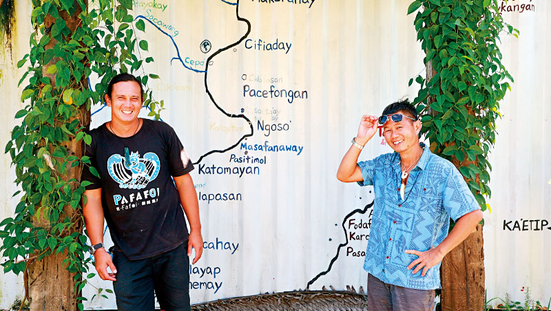 馬丁(左)都歷海洋教室創辦人、東海岸國家風景區都歷部落導覽人員、台東縣原住民族航海發展協會會員,出生德國的美國與阿美族混血青年。張也海.夏曼(右)蘭嶼達悟族人,紀錄片導演、獨立製片,台東縣原住民族航海發展協會發起人。作品有《島嶼的記憶》、《尋路航海》、《藍色翅膀》等