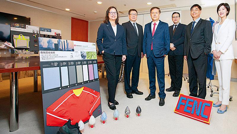遠東新紡織總部代總經理李源珍(左1)說,他們從石化、化纖到紡織都有,上中下游完整,能避免製程上的斷點,協助品牌落實永續。圖中看板上的紅衣服,原料就是來自廢氣回收