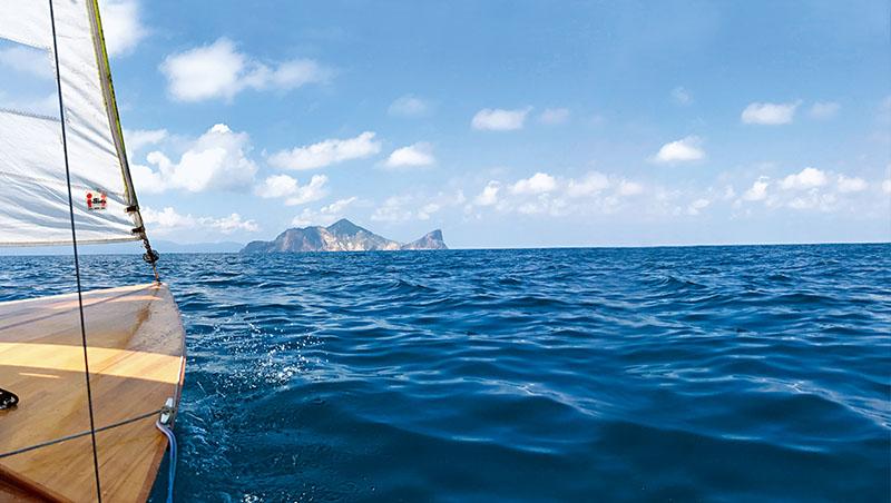 陳明忠說隨風逐浪飄向龜山島,海水湛藍美若晶瑩寶石,唯有出海才能親眼目睹