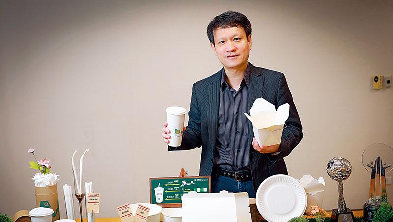 手裡拿著耗資上億元研發的全紙容器,中華紙漿纖維材料事業部總經理陳瑞和說,隨著全球限塑政策演進,將帶起新一波包材革命