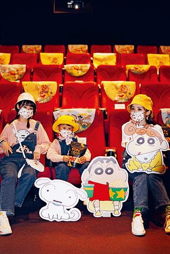 秀泰影城配合蠟筆小新電影上映時間,推出周邊商品及特殊影廳,強化顧客重返戲院的動力