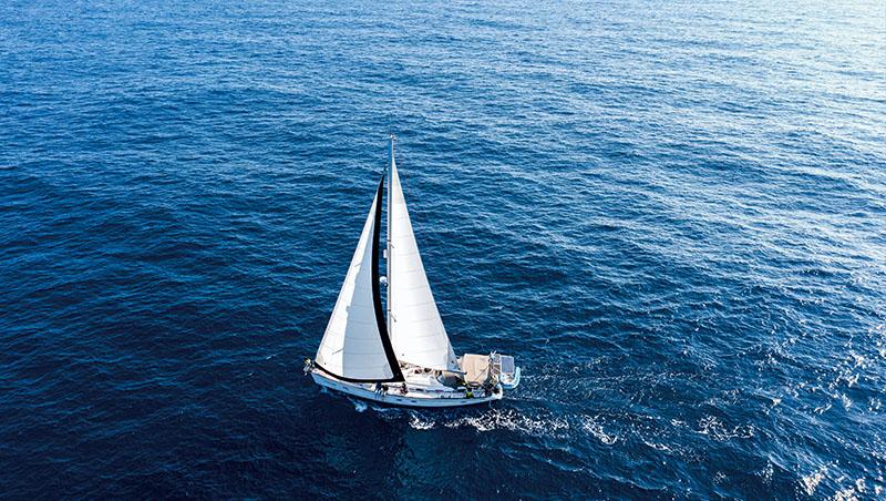 溫郁琳:當帆船航向大海,完全看不到陸地。讓人聯想到電影《楚門的世界》,會不會整片海洋,只是片場的一角?