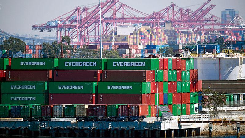 「全球目前有584艘集裝箱船被困在港口外,幾乎是年初數字的2倍。」今年10月《金融時報》如是說,供應鏈卡關加劇了通膨升溫