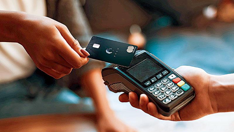 金融新創Aspiration推出簽帳卡、信用卡等傳統銀行也有的產品,不同之處是,顧客每刷一次卡,它就種一棵樹抵減碳排