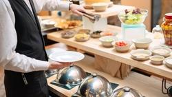 抗疫戰情室|五星飯店吃到飽,平均一頓台幣80元》為什麼「早餐+包月」是高招?