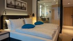一張雙人床的房間,到底是 double room 還是 twin room?