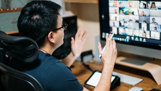 線上會議最重要的不是說什麼、是看哪裡?透過鏡頭簡報,該注意這3件事