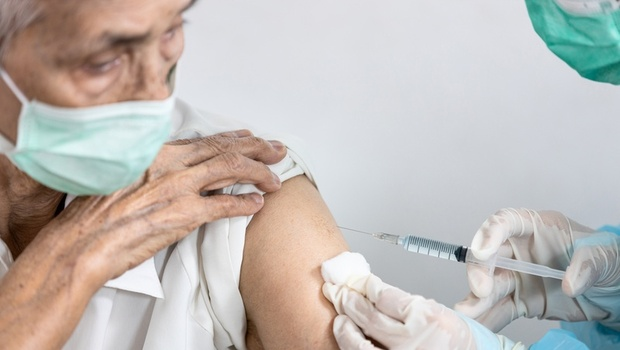 疫苗施打》哪些長輩不適合、後續應該怎麼做?接種後一定要注意的5大症狀