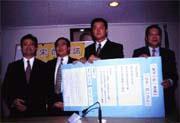 簽署公約的立委多半是擁宋的死硬派(左起劉文雄、徐慶元、周錫瑋與徐成焜)。