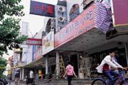 上海仙霞路台灣小吃街盛極一時,但近來競爭激烈,換手經營的頻率逐漸加快。