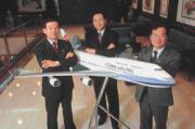 張良士(中)負責踩煞車,財務處長張火冏滄(左)、劉季祥(右)在油價期貨市場向前衝,是華航最會賺錢的小組。