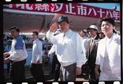 蕭萬長(中)現在堅持除非換腦袋,否則再也不談政治。