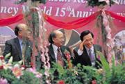 ■2000年總統大選前,陳水扁(右)曾親自拜訪耐斯陳家,受到耐斯集團高規格的接待;2002年劍湖山飯店開幕,阿扁主動要求剪綵。政治人物與企業的互動,拿捏是門學問。