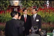 顏慶章(右)在經發會上力挺林全的「減稅配套說」,穩住了財政部長的位子。