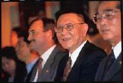 沈慶京(右二):「早在兩年前賣掉亞太會館大部分股權,現在我只是個小股東!」