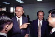 財政部長邱正雄(左)和農民銀行董事長陳木在(右)均否認有三商銀合併一說。