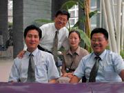 「親情永遠無法用金錢取代,但沒有事業就不能養家。」選擇隻身在上海打拚的張永河(左圖立者)說。