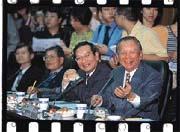 李仲英(右一)一聲令下,證交所座談會高朋滿座。