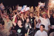 在民進黨李應元的首場造勢大會上,泛綠的選民期待李應元替阿扁一雪前恥,現場充滿激昂的鬥志(上圖)。