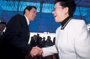 一場動土典禮上,不同陣營的呂秀蓮(右)與馬英九(左),見面不忘彼此吐槽。