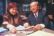 黑幼龍向《商業周刊》總主筆李美惠展示有關讓人快樂的研究報告,發現有錢的人不見得更快樂。