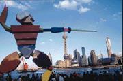 上海以長江三角洲為腹地,積極串連南京、蘇州等15個城市,並興建洋山深水港及浦東國際機場,與深圳競爭國際物流中心樞紐角色。