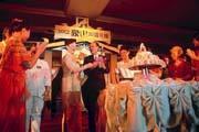 豪山30歲了!林武弘(穿西裝者)不惜耗資1,700萬元,遠赴泰國帕達雅慶生,並且獲得泰國觀光局贊助傳統歌舞秀。