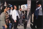蔡家對鹿港龍山寺投注十分大的心力(左四為蔡其瑞、彎腰者為蔡其建)。