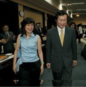 ■王美音(左)5月18日出席楊子江(右)的歡送會,連官員都說,好年輕、好漂亮,怎麼只留在家裡?7月果真重出江湖。