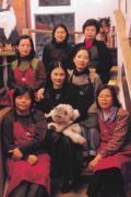龍君兒(中)帶領一群金瓜石當地婦女,在荒山中創造高價西餐傳奇。