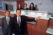 TFASC董事長簡弘道(前排右)改行拍賣房子,信心滿滿的要協助銀行解決逾放屋問題。(前排左為總經理鄭乃仁,後排中為拍賣官張月瓊)。