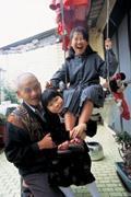蕭爺爺對兩個孫女的請求,經常不知如何拒絕。管不動孩子時,只能請家扶的社工老師扮黑臉。