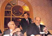 王志剛(後立者)展現行銷長才,請到ETF之父Most(左)來台,炒熱ETF話題;右為BGI董事總經理韓毅。