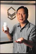 吳正中從樟腦粉中研發出製造抗生素的中間原料,打進全球市場。